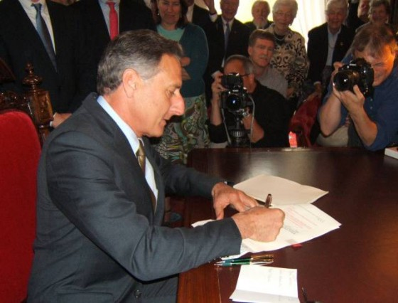 shumlin-signs-bill-560x426
